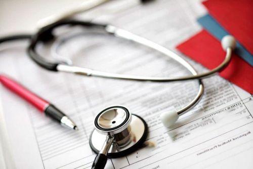 Медицинские документы и стетоскоп
