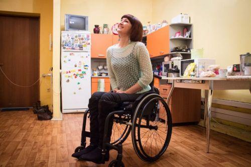 Женщина в инвалидной коляске на кухне