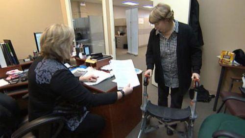 Женщина инвалид в кабинете ПФ