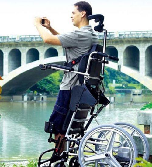 Инвалид в вертикализаторе