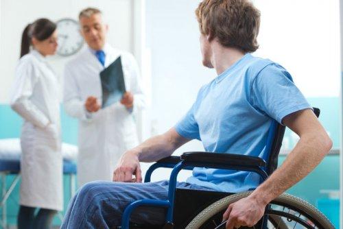 Инвалид-колясочник в больнице
