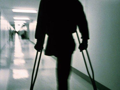 Инвалид на костылях