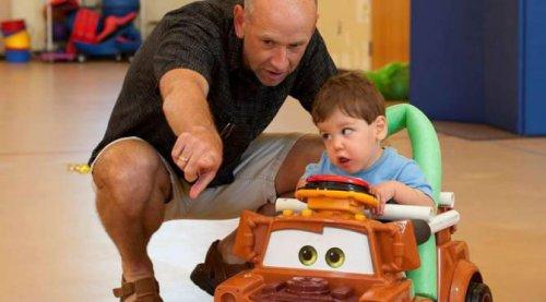 Отец с ребенком-инвалидом