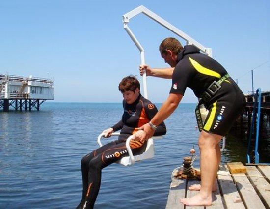 Подъемник для инвалида в море