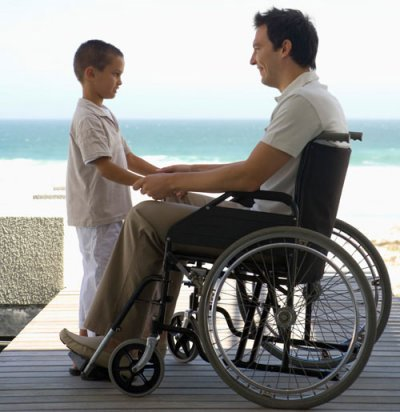 Мужчина в инвалидной коляске и ребенок