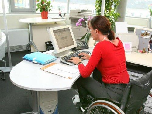 Женщина в инвалидном кресле за компьютером