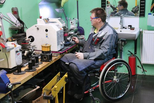 Мужчина-инвалид за работой