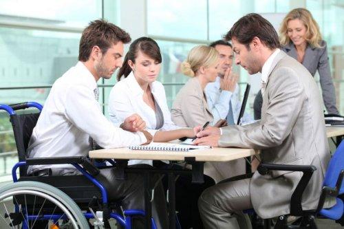 Мужчина-инвалид на деловой встрече