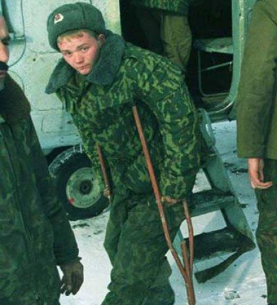 Военнослужащий на костылях