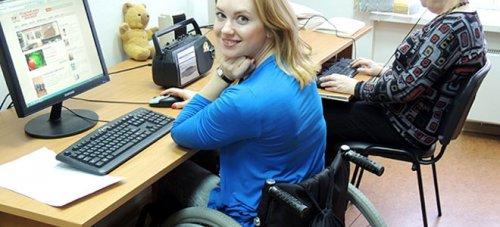 Девушка в инвалидной коляске на работе