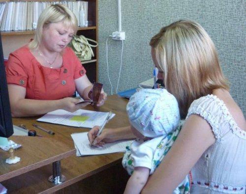 Женщина с ребенком в учреждении