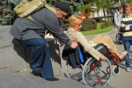 Подъем инвалидов по ступенькам