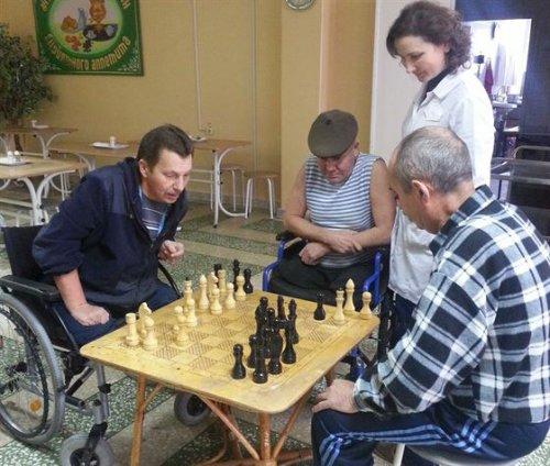 Игра в шахматы в доме для инвалидов