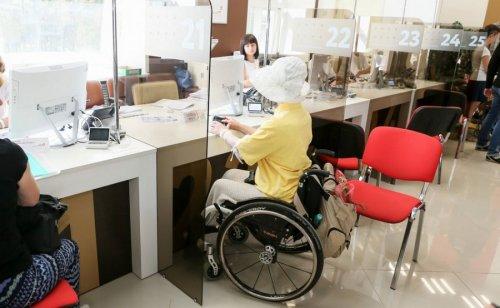 Женщина-инвалид в банке