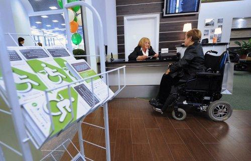 Женщина в инвалидной коляске в банке