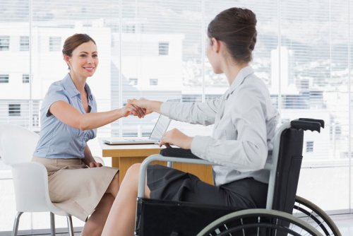 Женщина-инвалид на работе