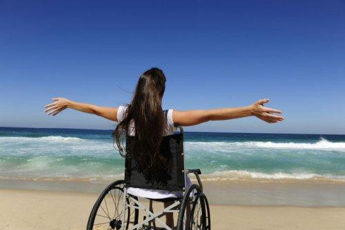 Девушка в инвалидной коляске на отдыхе