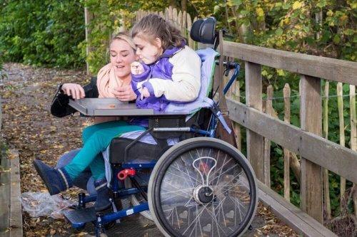 Мама с ребенком-инвалидом