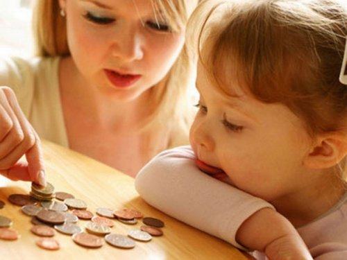 Мама с ребенком считают монеты