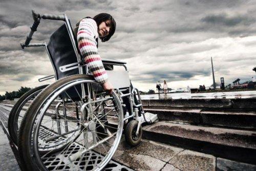 Девушка в инвалидной коляске
