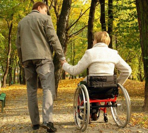 Женщина-инвалид на прогулке