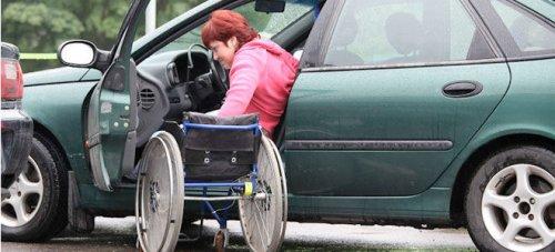 Женщина-инвалид за рулем