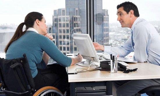 Женщина в инвалидном кресле на работе