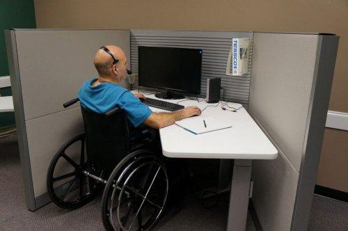 Инвалид-колясочник на рабочем месте