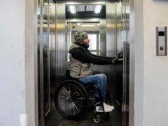 Инвалид-колясочник в лифте