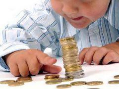 Ребенок с монетами