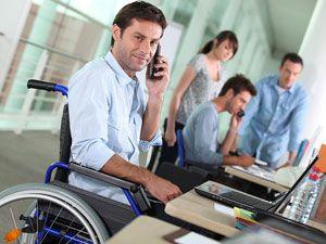 Мужчина в инвалидной коляске на работе