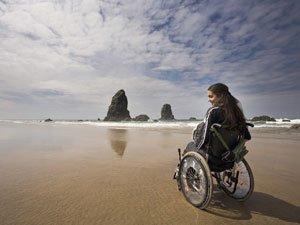 Девушка в инвалидной коляске на берегу моря