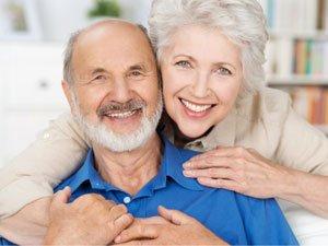 Улыбающиеся пожилые люди