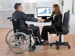Инвалид-колясочник в учреждении